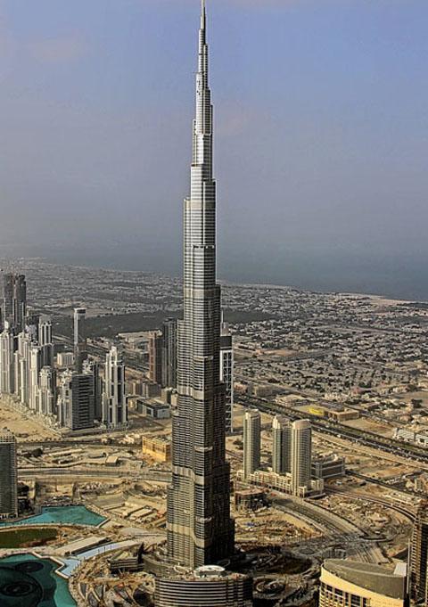 Quince turistas atrapados en la torre más alta del mundo
