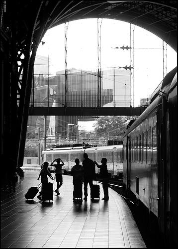 El tren de la emigración a Cataluña circula de nuevo en una  exposición
