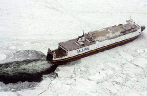 Casi 40 barcos encallados por el hielo en el Mar Báltico
