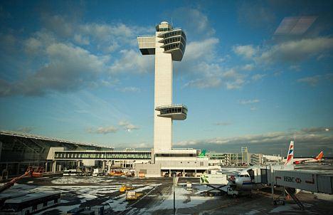 Dos niños dirigen a los aviones desde la torre de control del JFK de Nueva York