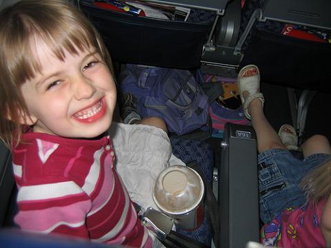 Soportar a bebés y niños durante el vuelo
