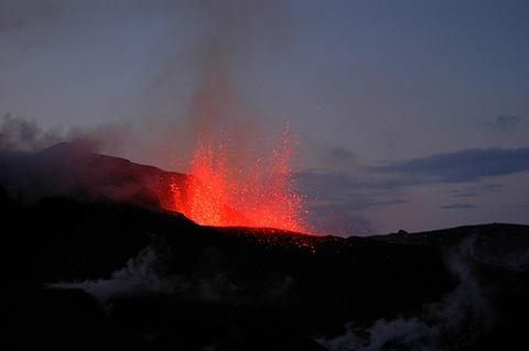Abiertos los aeropuertos españoles, pero no los europeos por la nube volcánica del Eyjafjallajokull