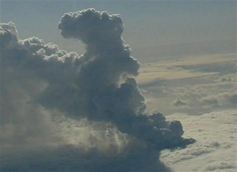 La erupción de un volcán islandés cierra parte del espacio aéreo europeo