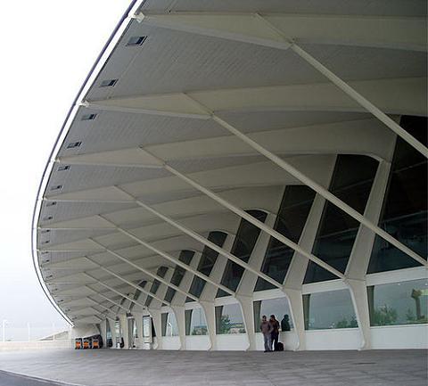 Los aeropuertos del norte de España cerrados por la nube volcánica