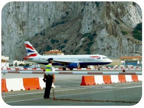Nuevo peligro aéreo, esta vez en el Estrecho, por falta de seguridad