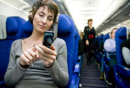 Hablar por el móvil en el avión ya es posible