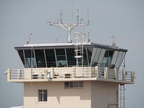 Los controladores alertan de un posible cierre del espacio aéreo, Aena lo niega
