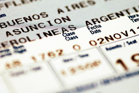 Las aerolíneas no pueden cobrar por la tarjeta de embarque ni negar el acceso