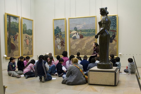 niños visitando un museo