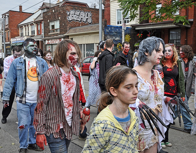 Jóvenes disfrazados de zombies