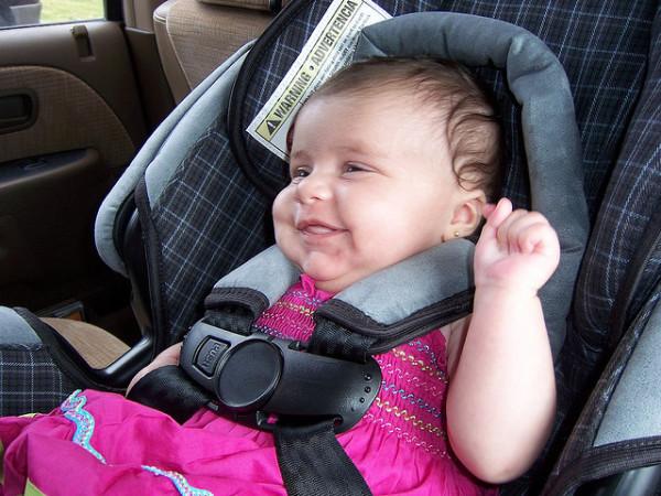 Bebé viajando en coche